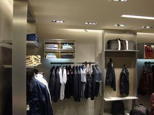 Estantería por encargo para la pantalla, Realización del montaje de tiendas de medida con estantes y colgar barras para las tiendas