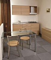 Collezione Host, Muebles hechos a la medida con dormitorio y bloque de cocina, acabado en madera de roble blanqueado