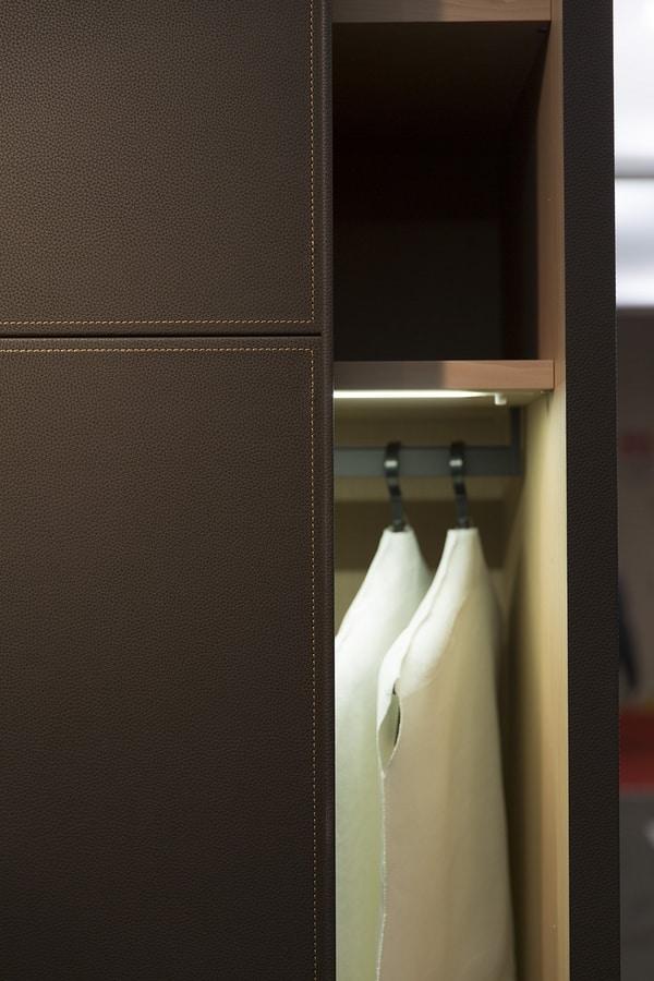 ARKON, Armario con puertas correderas cubiertos en cuero