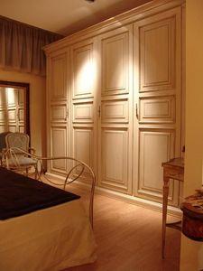 Priori, Armario con 4 puertas de hoteles y villas