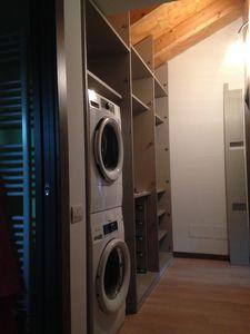 Armario en el pasillo en el ático, Muebles a medida para el ático, con espacio para lavadora y secadora