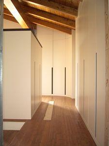 Armario para habitaciones bajo techo 05, Armario personalizable a la buhardilla, con un diseño exclusivo