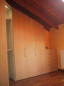 Esquina armario de dormitorio con bajo techo, Armario para el ático, angular, hecho a medida