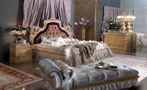 Esimia cama, Cama de estilo clásico, con cabecero de seda y terciopelo.