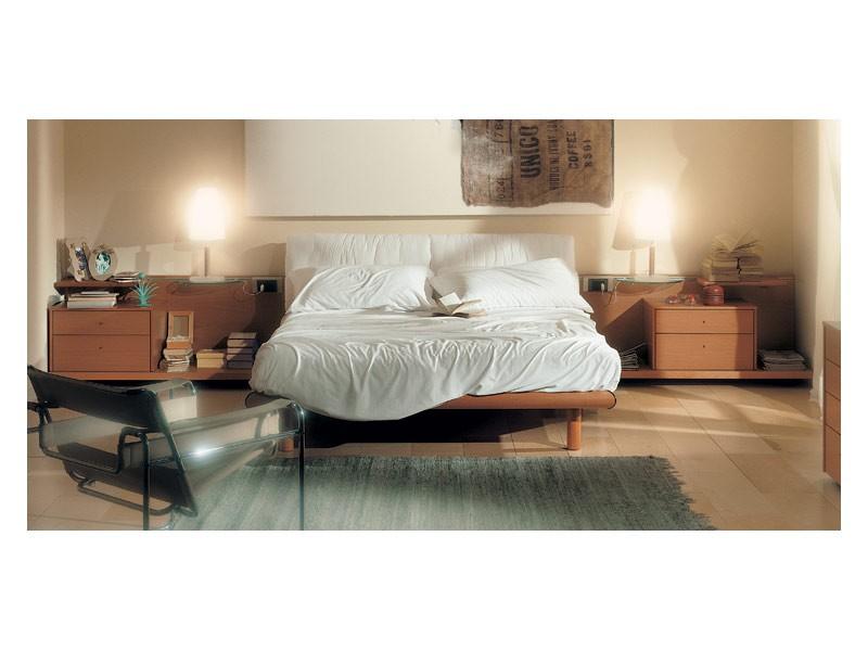 Bedroom 93, Cama con cabecero acolchado, estructura de madera con acabado en cerezo, estantes deslizantes