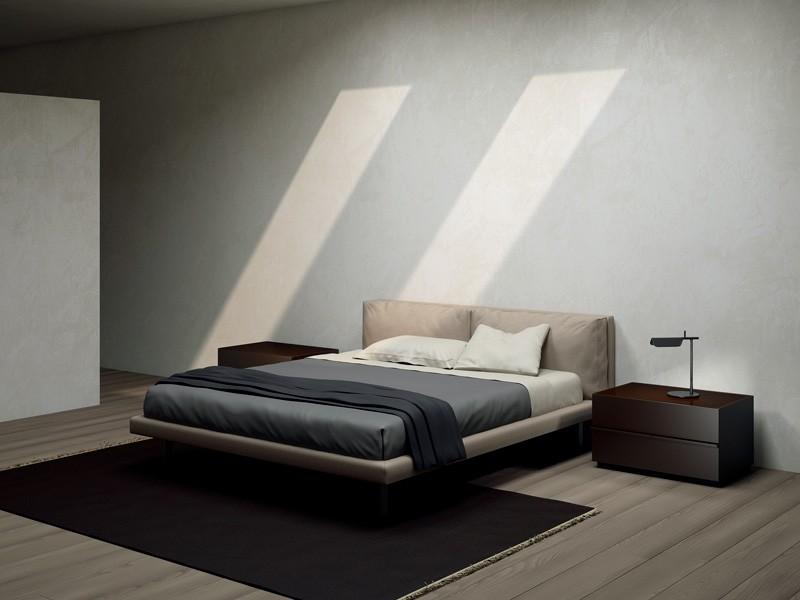 GHOST, Pies de cama tapizados y cubiertos en cuero, en hierro pulido