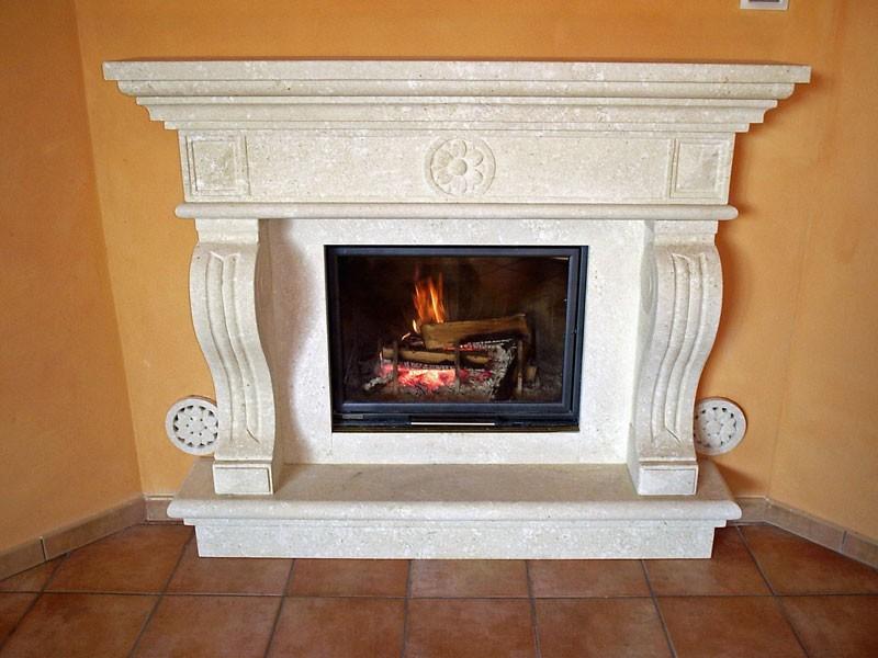 Fireplace Livorno, Estructura hecha de piedra blanca en Vicenza para chimenea