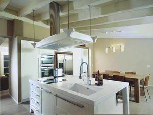 Gaia cocina 113, Cocina con isla y campana decorativa.