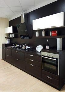 Glam cocina, Cocina lineal de madera, con electrodomésticos.
