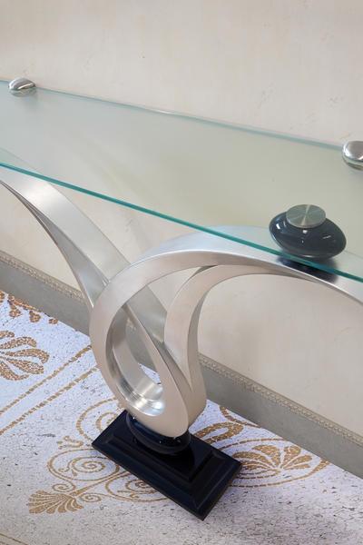 Zodiaco, Consola con tapa de cristal, la estructura con acabado en pan de plata, de entrada