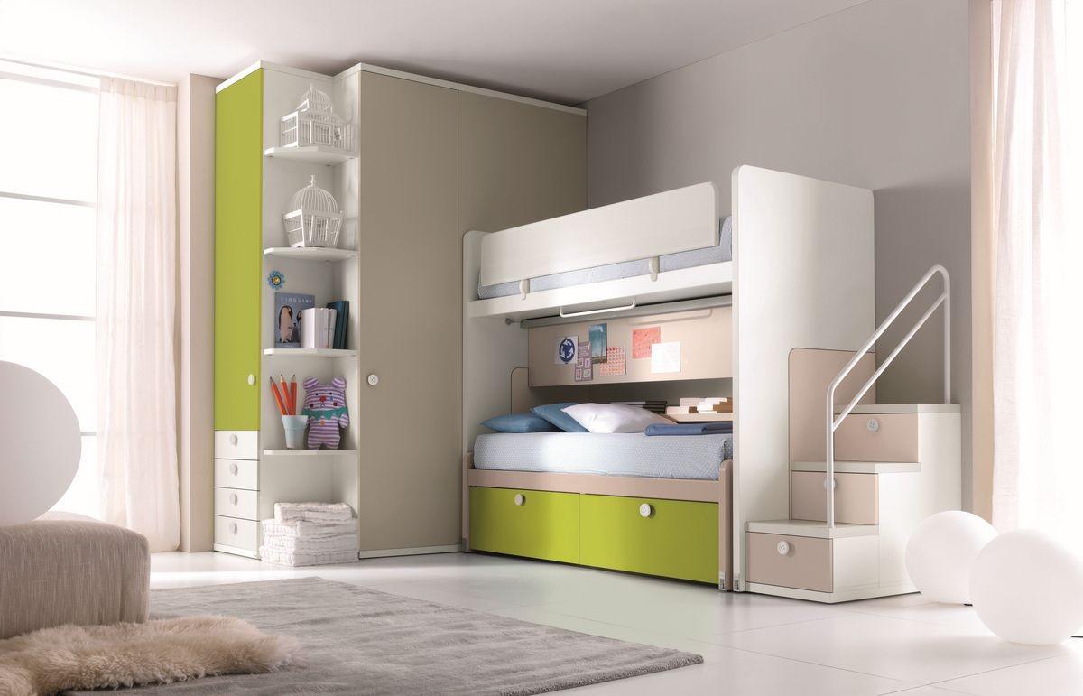 Dormitorio con cama litera, escalera con cajones, armario ...