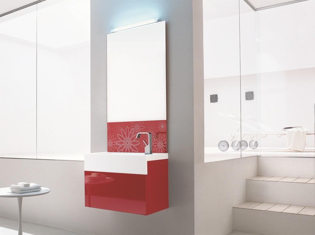 Brillante lavabo mueble de ba o rojo decorado con espejo for Muebles de bano rojos