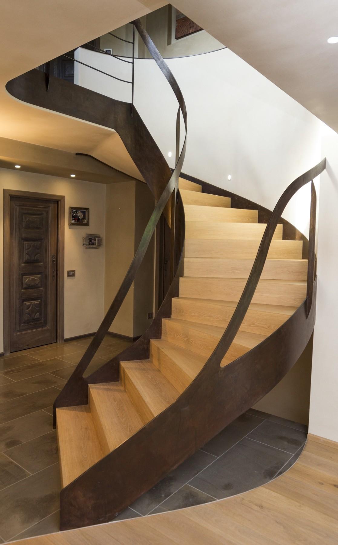 Escalera con barandilla de acero y escaleras de madera de roble