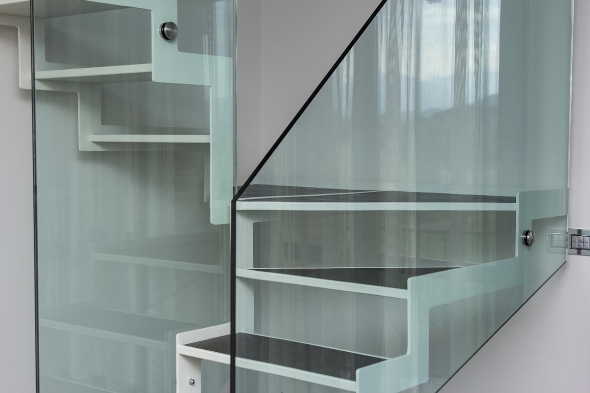 Escalera con paso en la chapa plegada y azulejos idfdesign for Hotel design genes