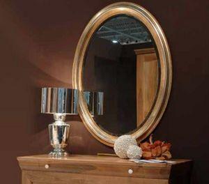134, Espejo de pared, con marco de madera.