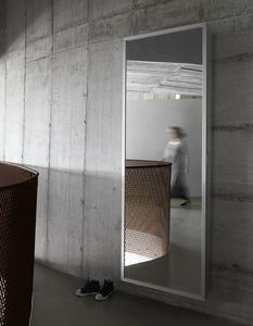 Box, Espejo con diseño minimalista estético