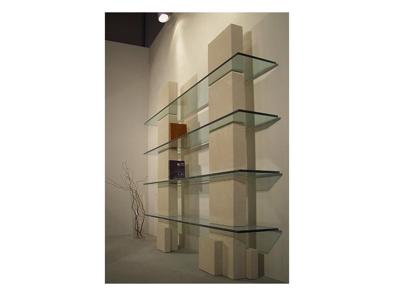 Cube bookcase, Biblioteca con estructura de piedra y estantes en vidrio