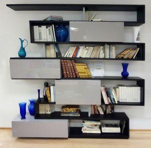 Serpentina estanteria, Librería con puertas lacadas.