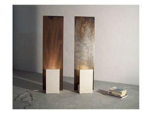 Reflex-Acid, Lámpara de pie con estructura de piedra y hierro