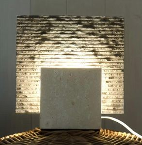 Reflex Stone, Lámpara de pie hecha de piedra, forma cúbica