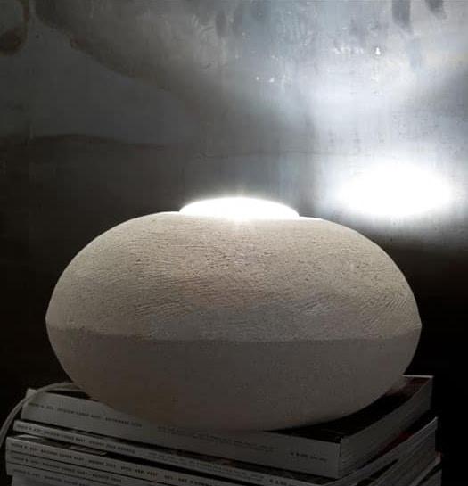 UFO 30, Lámpara de pie hecha de piedra, de forma redonda