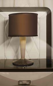 ART. 3361, Lámpara de mesa, con tallo de cuero.