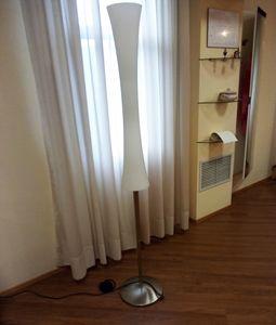 Lámpara de pie 01, Lámpara de pie con difusor de cristal blanco.