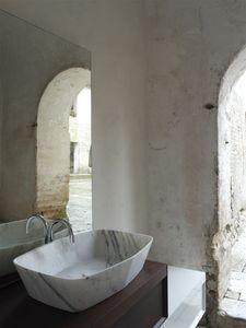 Diamond lavabo, Lavabo de mármol de Carrara