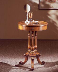 Art. 210, Mesa pequeña elegantemente decorada, con tapa redonda