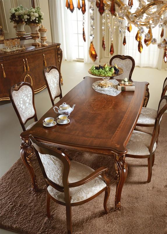 Mesa de madera preciosas, decoraciones aplicadas a mano por