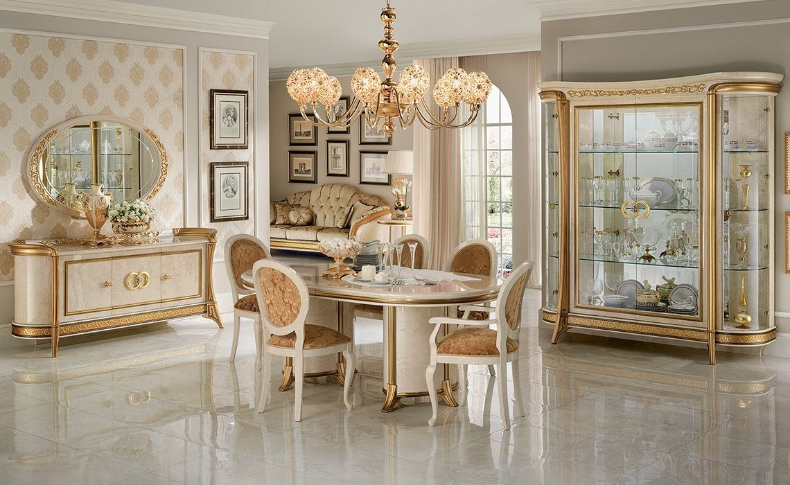Comedor en estilo clásico, con vitrinas, aparador, mesa y ...