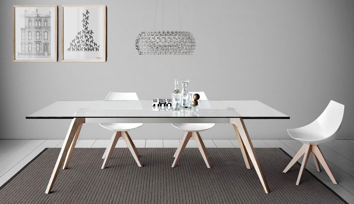 Mesa de comedor con la tapa hecha del mármol, de la madera o ...