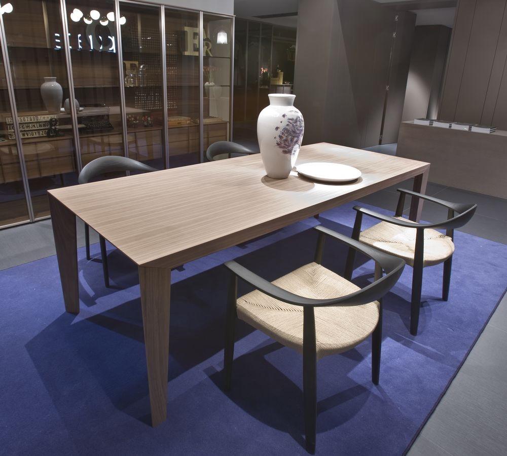 Mesa de madera moderna adecuada para cocinas o comedores | IDFdesign