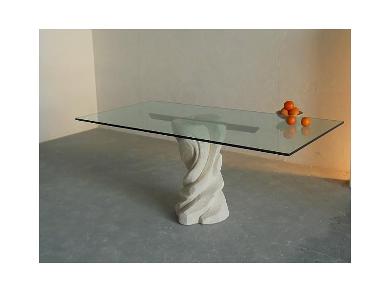 Mezzaluna, Mesa rectangular con una base de piedra, la tapa en vidrio