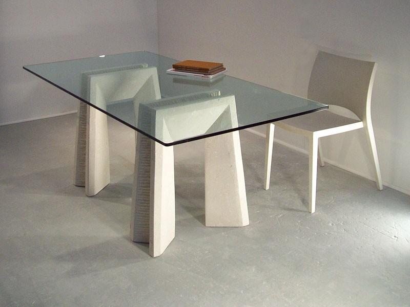 Riflesso table, Mesas de comedor con tapa de cristal y patas de piedra