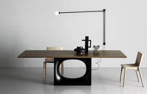 Holo, Mesa de diseño con base metálica con orificio ovalado