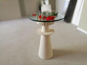 Agorà, Mesa con tapa de cristal, base de piedra tallada