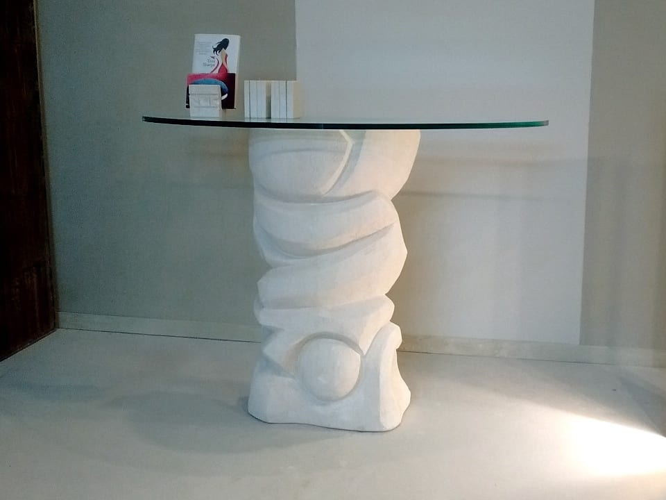 Equinozio, Mesa de piedra, con tapa de cristal que descansa sobre la base