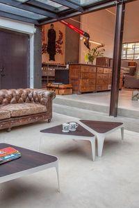 ADELE, Pequeñas mesas de metal con tapa de madera en forma de
