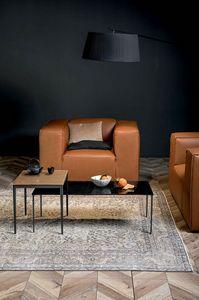 MAISTRI, Mesas peque�as con estructura met�lica y tapa en madera o vidrio fundido.