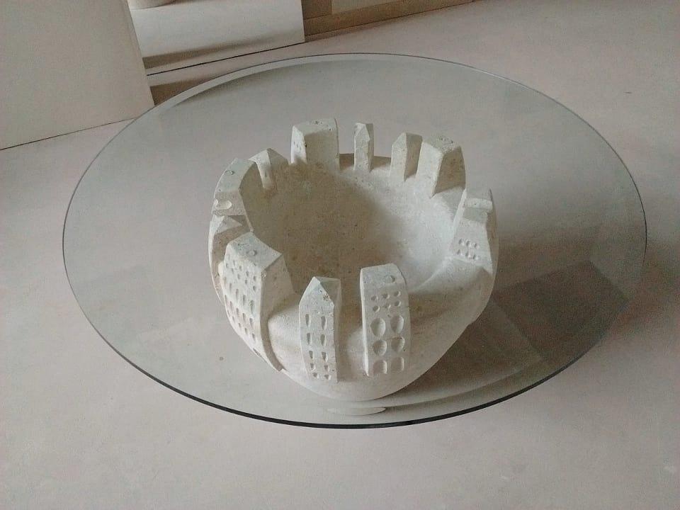 Gaia, Mesa de centro con piedra tallada y decorada