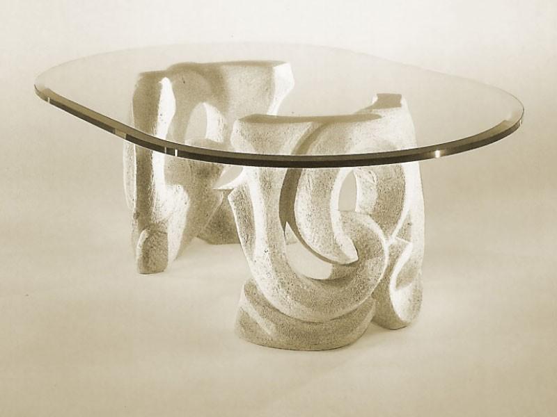 Prince, Mesa con base de piedra y la tapa en vidrio