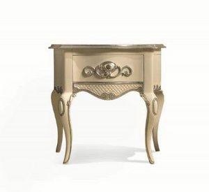Art. 767, Mesa de noche clásica, hecha a mano tallada, en madera