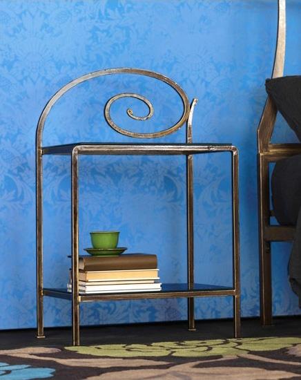 Capriccio Bedside Table, Mesita de metal con las decoraciones, para habitación de hotel