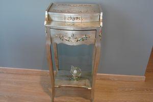 Art. 134, Mesa auxiliar con cajón, en madera de plata