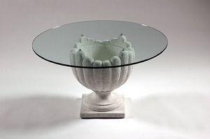 Atena, Mesa de piedra de estilo clásico