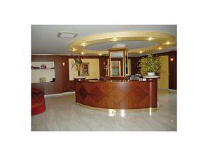 Hotel Imperiale, Recepción para el hotel, hecho de madera fina