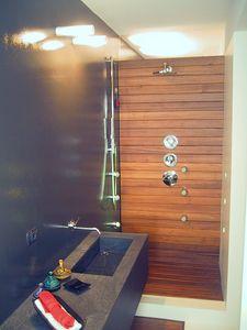 ZEN, Baño paneles de madera, a la medida