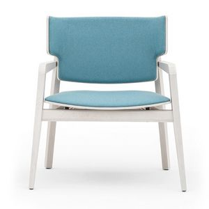 Offset 02843, Butaca en madera maciza, asiento y respaldo tapizados, con un estilo moderno