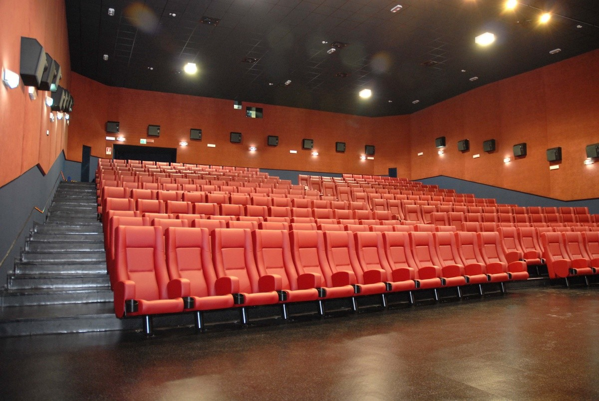 Comfort Rimini, Sillón con estructura de metal, tapizado, para salas multiplex